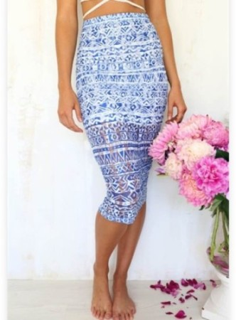 I usually look for maxi dresses for the summer but this is beautiful piece to change up your summer wardrobe. Frozen Midi Skirt seen on @saboskirt